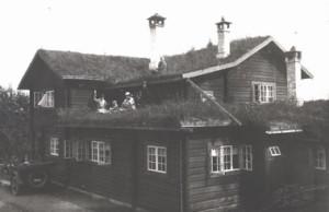 Ålderdomshemmet Fjällgård 1924. På taket sitter missionären och konstnären Folke Hoving, som också var husets arkitekt. Foto: Föreningsarkivet i Jämtlands län, Fjällgårds arkiv.