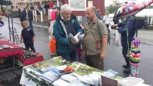 På Tärna marknad - Dag Brygfjell berättar för en intresserad Lars Mattsson om nyutgåvan.