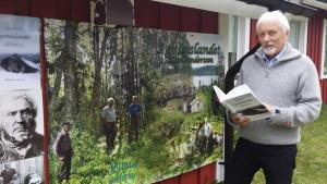 Dag Brygfjell från Brygfjelldalen i Korgen i Hemnes kommun har tagit initiativet till ett nytryck av Karl Anderssons bok från 1986. Foto: Birger Ekerlid.