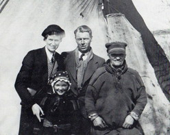 Karl Andersson och hans hustru Ruth vid ett besök hos familjen Idivouma i Strimasund i Tärna. Per Gustafsson Idivuoma var en av de nordsamer som tvångsförflyttades till Tärna under 1930-talet.