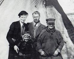 """Karl Anderssn och hans hustru Ruth på besök hos Per Gustafsson Idivuoma och hans dotter Ella Kristina, en familj som tvångsförflyttades från Karesuando till Tärna i början av 1930-talet. Foto ur boken """"Bland nomader och bofasta."""""""