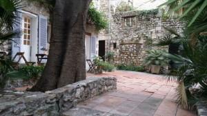 En rofylld bakgård i den allra äldsta delen av Antibes, men bara på kort avstånd från det sjudande gatulivet i den antika staden,